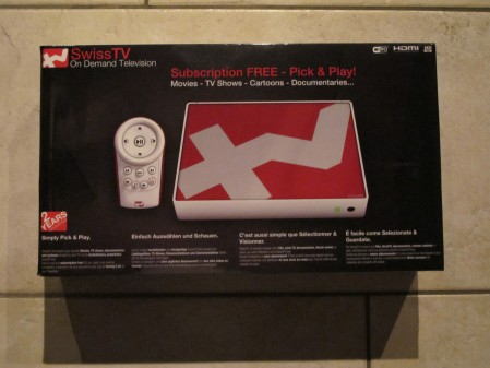 Die SwissTV Box wird in einer schwarzen Verpackung geliefert