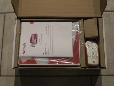 Die SwissTV Box sieht nach dem Öffnen unscheinbar aus