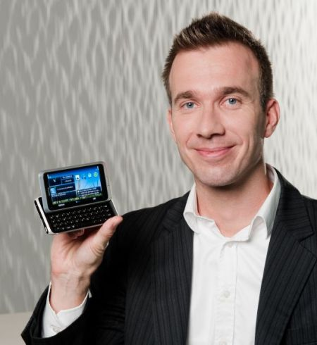 Ilari Nurmi zeigt das Nokia E7 (Foto Nokia)