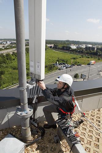 Wartungsarbeiten an einer E-Plus Antenne (Foto E-Plus-Gruppe)