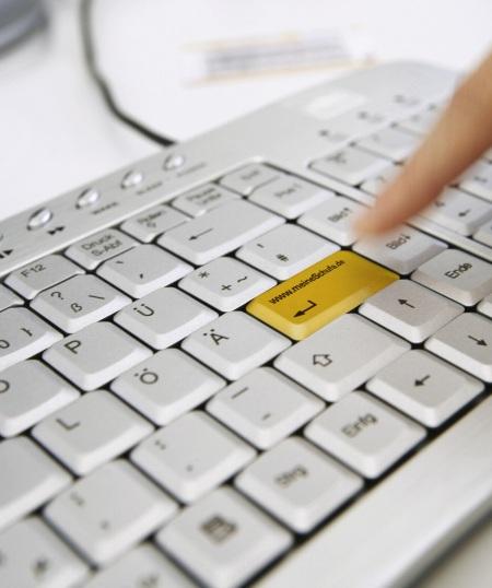 Bei der Schufa kann man via MeineSchufa seine eigenen Daten abrufen