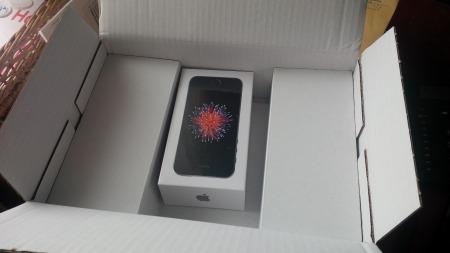 Karton geöffnet, das iPhone ist da