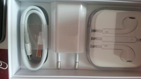Apples Zubehör, edel verpackt, rechts die Kopfhörer mit Freisprecheinheit